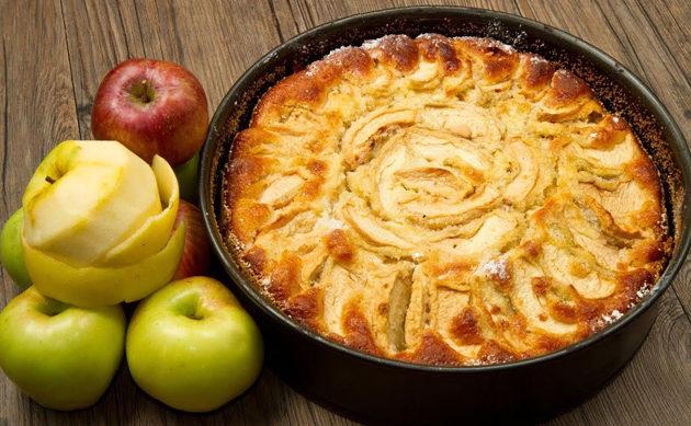 Вкусная шарлотка с яблоками: несколько рецептов пирога с хрустящей корочкой