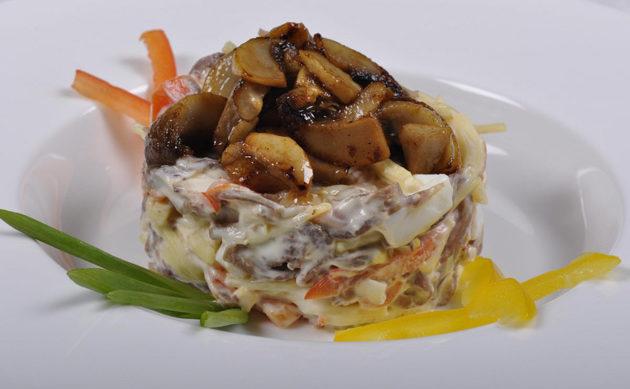 Аппетитный салат с грибами и курицей: 12 рецептов. От классики до оригинальной арбузной дольки